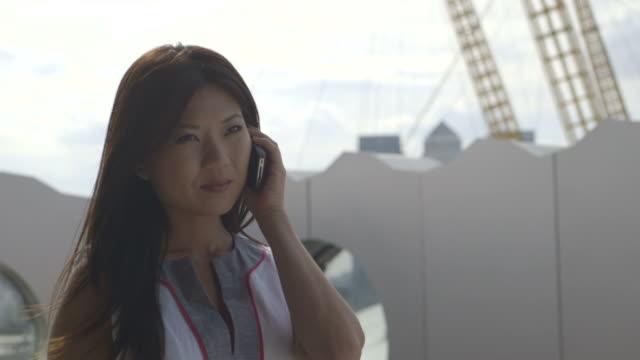vídeos de stock e filmes b-roll de woman talking mobile phone - só uma mulher de idade mediana