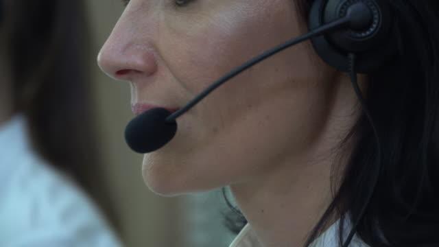 vídeos y material grabado en eventos de stock de mujer hablar sobre auriculares, call center - técnico telefónico