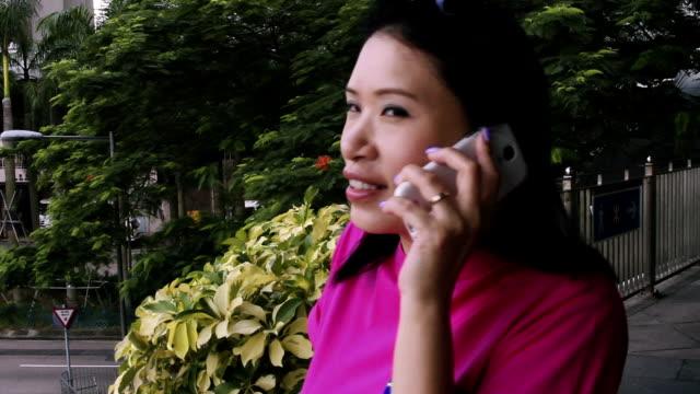 vídeos y material grabado en eventos de stock de woman talking on mobile phone - una mujer de mediana edad solamente