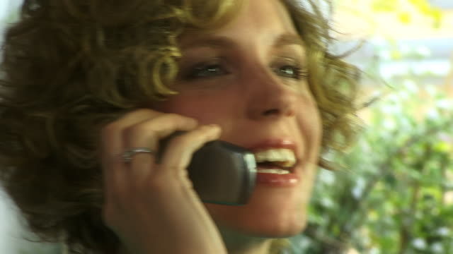 vídeos de stock e filmes b-roll de ecu, woman talking on mobile phone - telefone sem fio