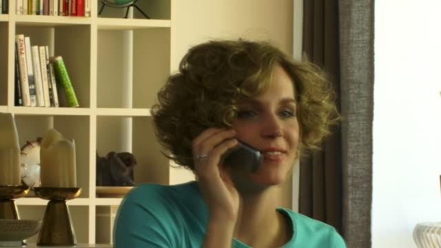 vídeos de stock e filmes b-roll de cu, woman talking on mobile phone - telefone sem fio