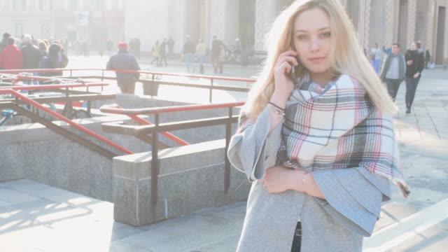 woman talking on phone - タータンチェック点の映像素材/bロール