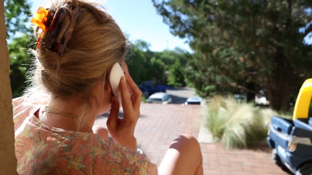 vídeos de stock e filmes b-roll de woman talking on phone - telefone sem fio