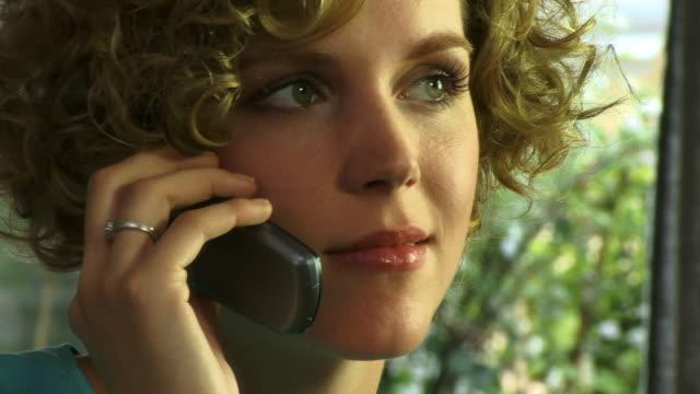 vídeos de stock e filmes b-roll de ecu, woman talking on phone - telefone sem fio