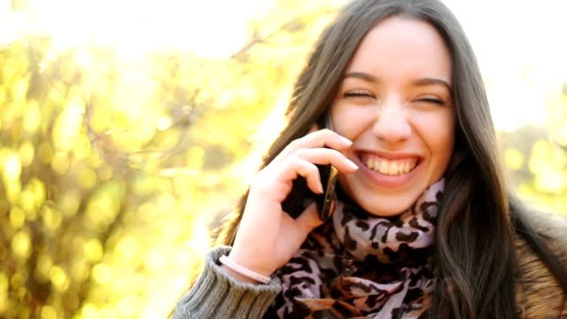 Frau reden am Telefon