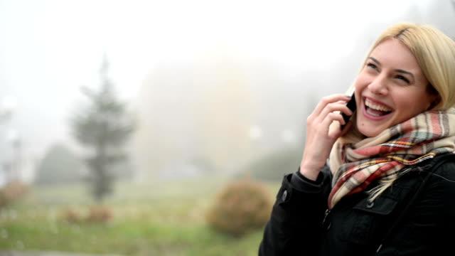 Donna parlare al telefono