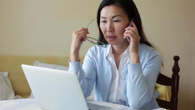 woman talking on the phone - 中年点の映像素材/bロール
