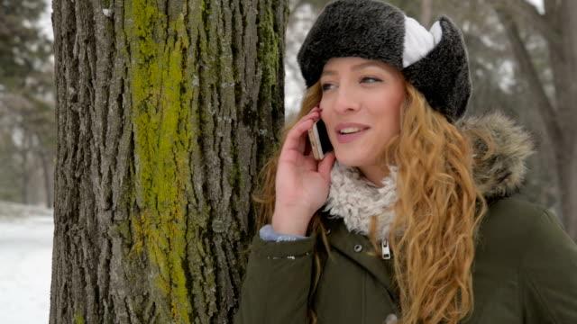 stockvideo's en b-roll-footage met vrouw praten over de telefoon. - natuurlijk haar