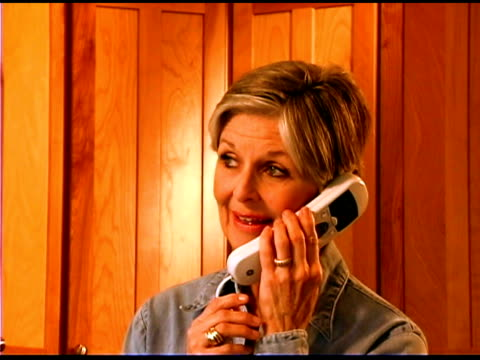 woman talking on the phone - nur frauen über 40 stock-videos und b-roll-filmmaterial
