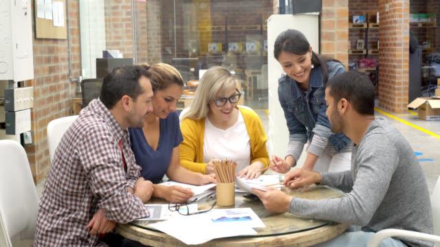 Vrouw praten met een groep collega 's