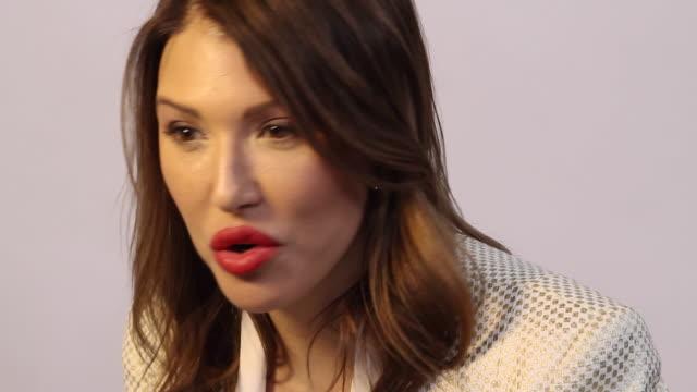 vidéos et rushes de woman talking to somebody off camera - rouge à lèvres rouge