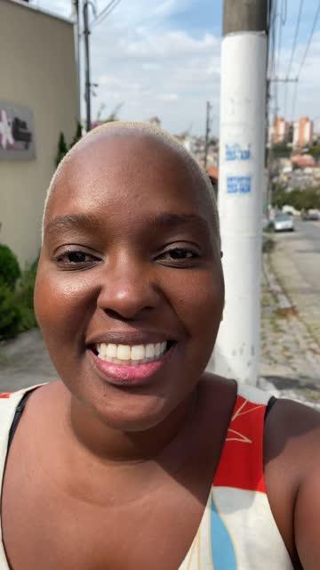 stockvideo's en b-roll-footage met vrouw die aan het camerastandpunt bij straat spreekt - videopraatje - genomen met mobiel apparaat