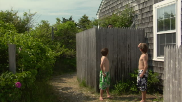stockvideo's en b-roll-footage met ws, woman talking to two sons (8-9, 10-11) from outside shower, truro, cape code, massachusetts, usa - hek