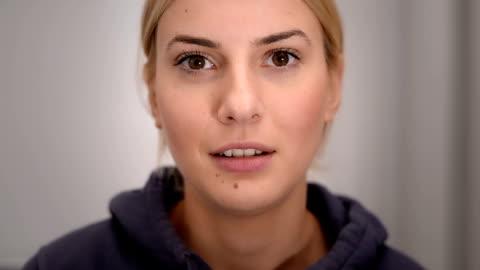 vídeos y material grabado en eventos de stock de mujer hablando, mirando a la cámara - cámara