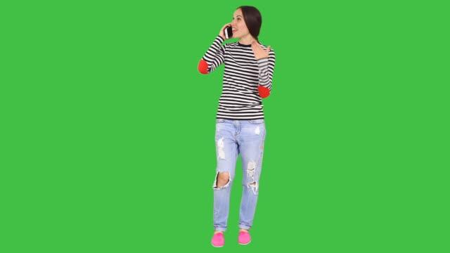 frau spricht auf dem mobiltelefon - ganzkörperansicht stock-videos und b-roll-filmmaterial