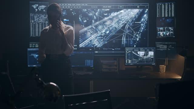 vídeos y material grabado en eventos de stock de una mujer habla por teléfono y camina inquietamente cerca del escritorio - detective
