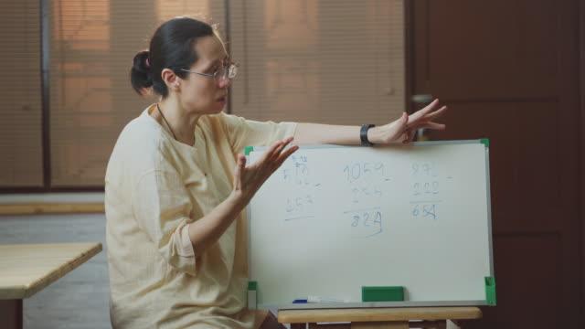 vídeos de stock, filmes e b-roll de professora mulher ensinando aula on-line para crianças que ensinam em casa para internet - distante