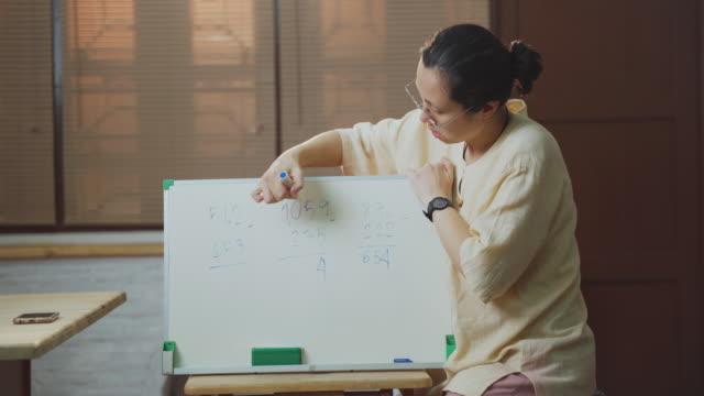vídeos de stock e filmes b-roll de woman teacher teaching online class for homeschooling kids to internet - workshop