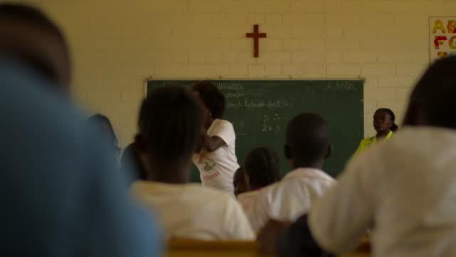 woman teaching in angolan classroom - lärarinna bildbanksvideor och videomaterial från bakom kulisserna