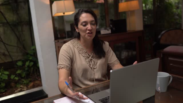 vídeos de stock, filmes e b-roll de mulher ensinando ou fazendo uma reunião de negócios virtual no laptop em casa - equipamento de mídia