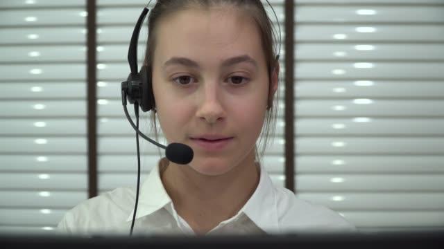 technische unterstützung telefonbetreiber im gespräch mit einem kunden - 20 24 years stock-videos und b-roll-filmmaterial