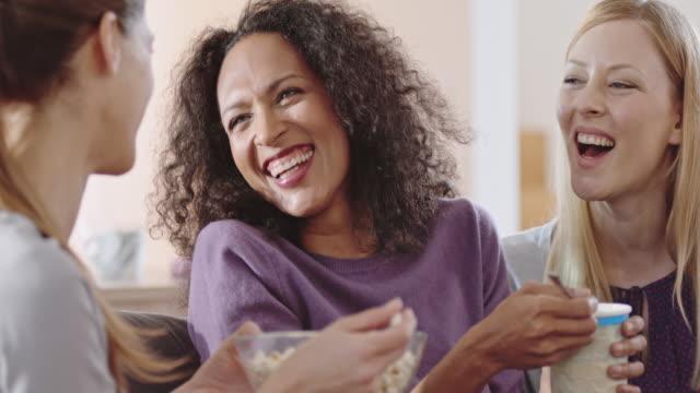 vídeos de stock, filmes e b-roll de mulher a dizer algo para seus dois amigos e rir - medium group of people