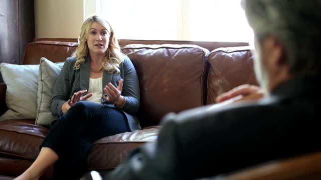 vídeos de stock e filmes b-roll de mulher diz therapist sobre um grande problema - hospital psiquiátrico