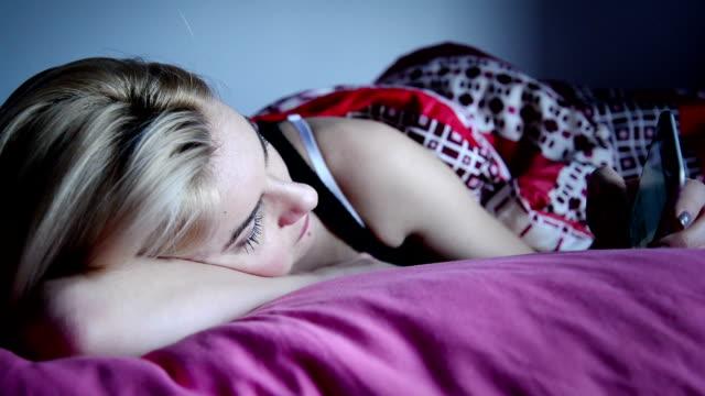 Frau SMS im Bett