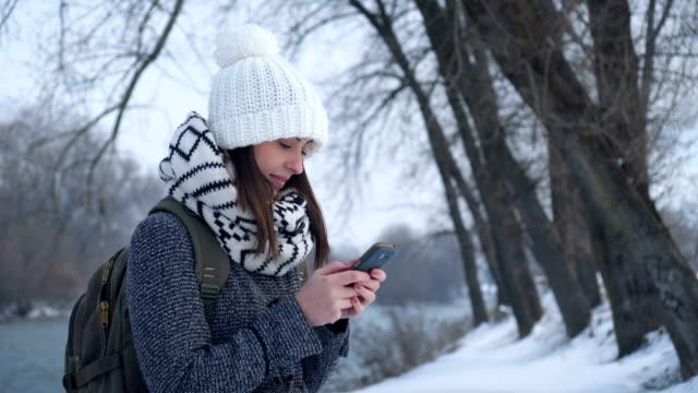 Frau-SMS-Nachricht in der Nähe des Flusses