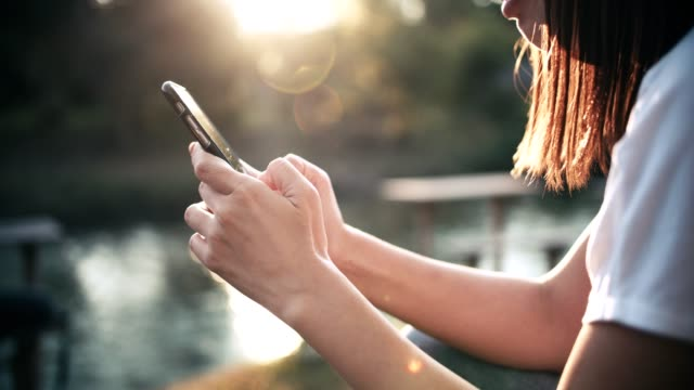 kvinna sms meddelande utomhus - endast unga kvinnor bildbanksvideor och videomaterial från bakom kulisserna