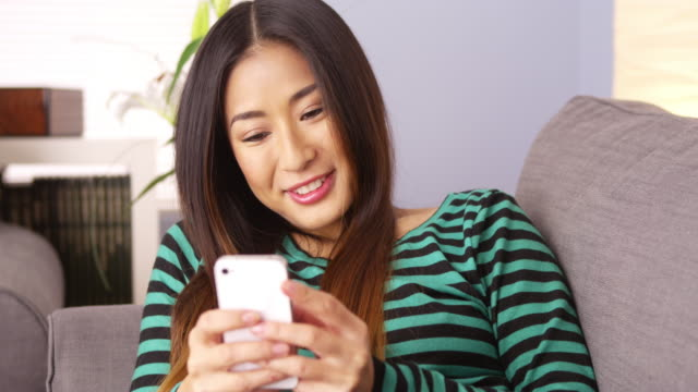 woman texting on smartphone - 30代点の映像素材/bロール