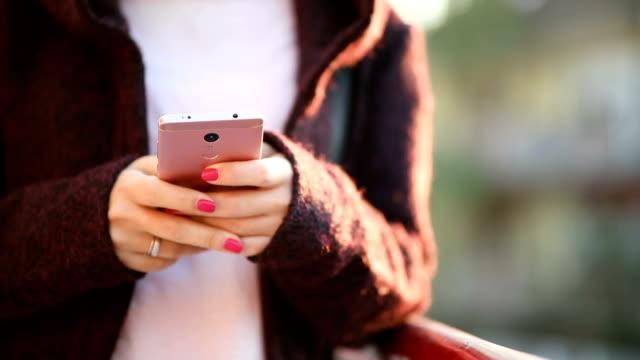 stockvideo's en b-roll-footage met vrouw sms'en - ingesproken bericht