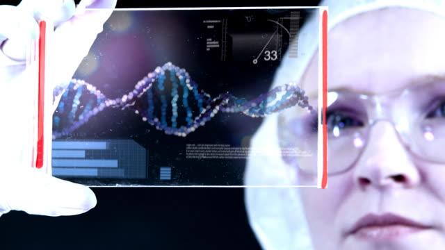 vídeos de stock, filmes e b-roll de mulher cientista é a estrutura de análise de adn. - bolha de replicação