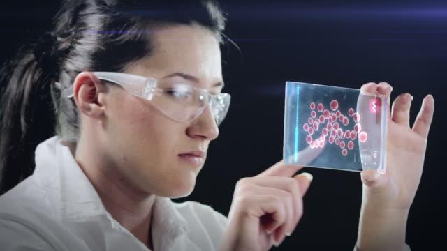 vídeos de stock, filmes e b-roll de woman the scientist is analysing structure dna. - bolha de replicação