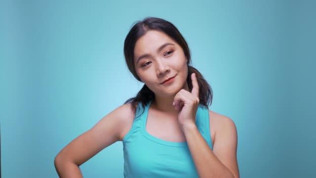 vídeos y material grabado en eventos de stock de mujer de pensamiento y tener una idea sobre fondo azul aislado 4k - preguntar