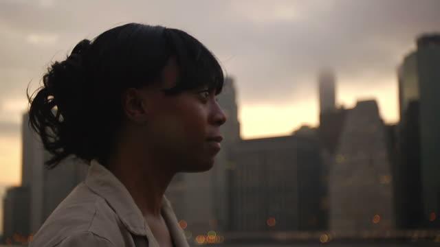 woman thinking, looking at city - 横顔点の映像素材/bロール