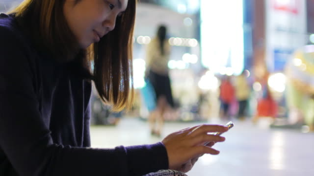 frau zu berühren und mit smartphone, outdoor-szene in der nacht - organizer stock-videos und b-roll-filmmaterial
