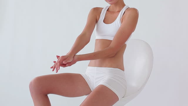 woman touching her body - 腰に手を当てる点の映像素材/bロール