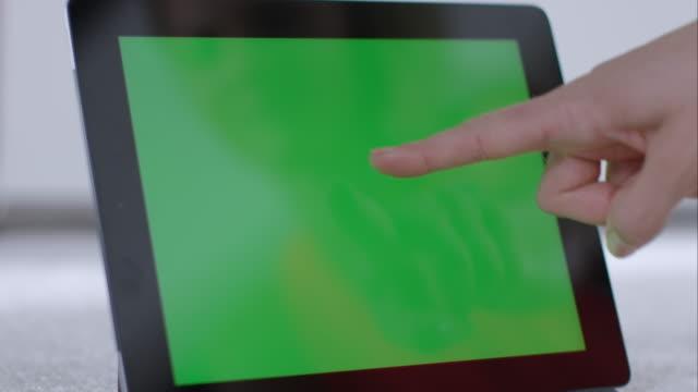 Frau berühren auf tablet pc