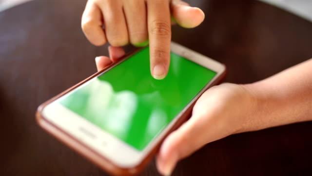 Vrouw slimme telefoon groen scherm aan te raken