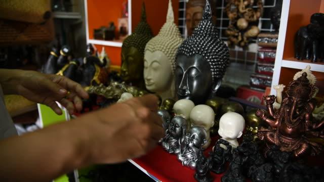 turista donna che sceglie un souvenir al negozio di souvenir in thailandia. - large group of people video stock e b–roll