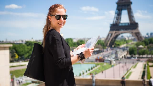 woman tourist sightseeing, enjoying a beautiful sunny day in paris - eiffel tower stock videos & royalty-free footage