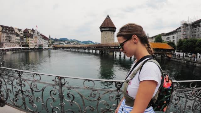 vídeos de stock, filmes e b-roll de mulher turista andando na cidade velha lucerna - câmera lenta - trilha passagem de pedestres