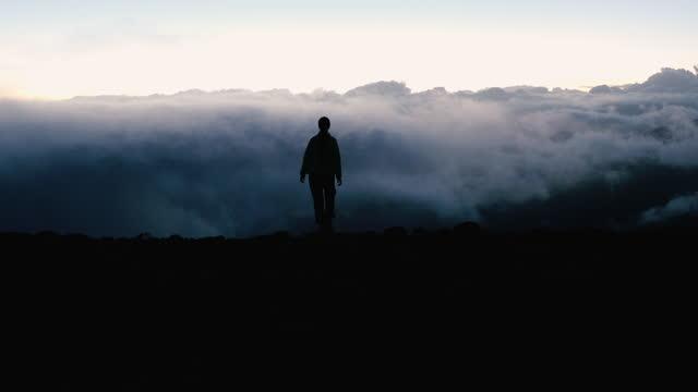 kvinna resenär möter den magiska morgonen ovanför molnen utomhus - 4k resolution bildbanksvideor och videomaterial från bakom kulisserna