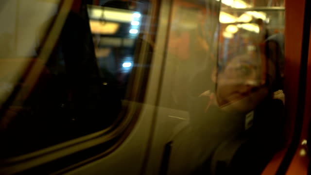 vidéos et rushes de femme voyageant par le train - passager