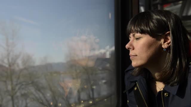 woman traveling in a train - beifahrersitz oder rücksitz stock-videos und b-roll-filmmaterial