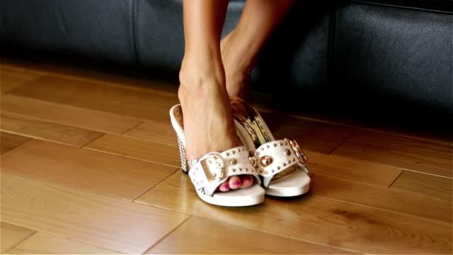 donna cercando scarpe su bianco - piede umano video stock e b–roll