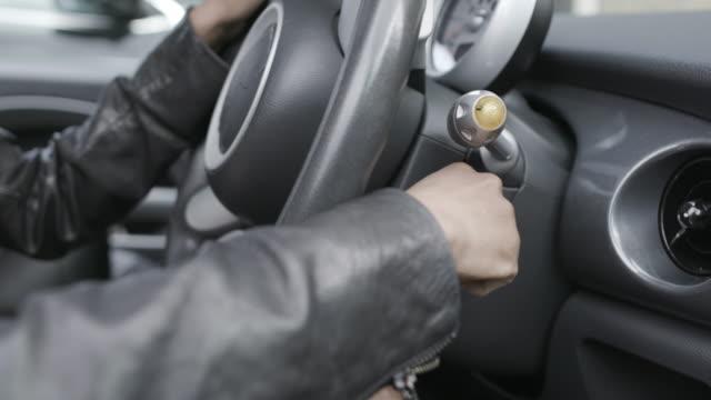 vídeos de stock, filmes e b-roll de woman turning car off - ignição