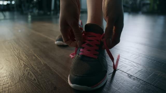 vídeos y material grabado en eventos de stock de mujer limpieza shoelaces - zapatillas de deporte