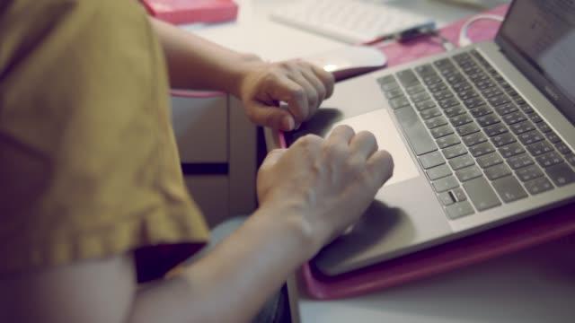 ラップトップでのタイピングとチャットの女性 - 部分点の映像素材/bロール